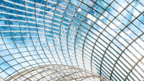 Plafond de verre au ciel bleu